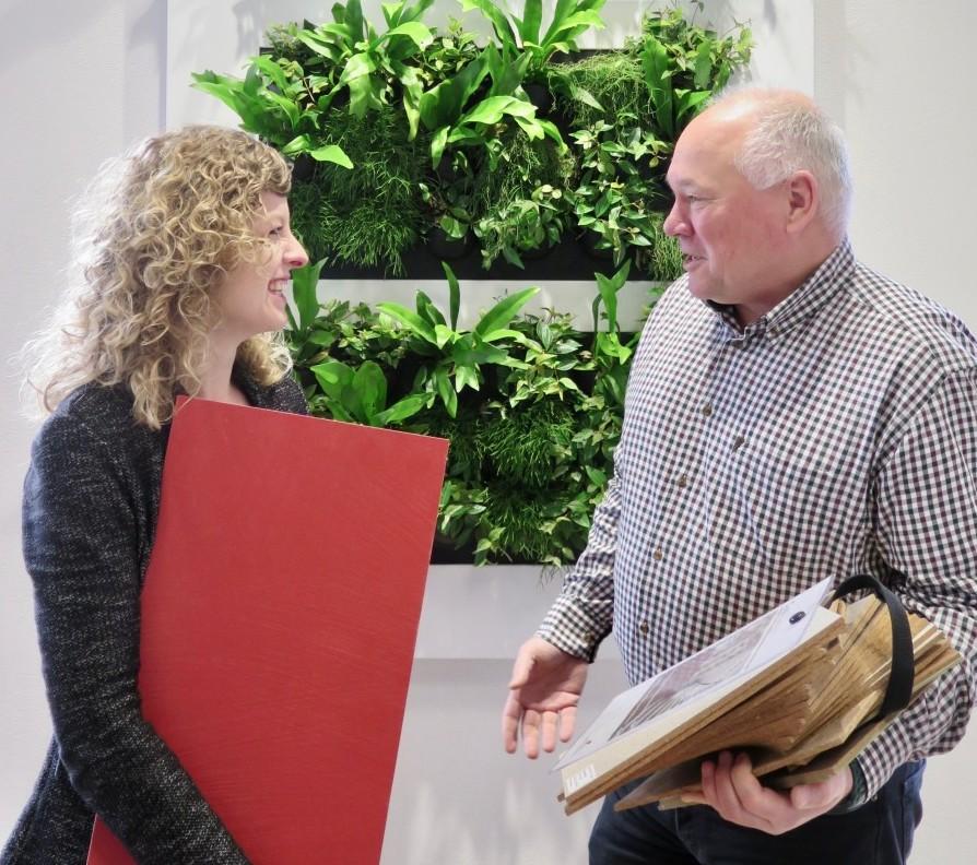 Innenarchitektin Jasmin Aeschbacher und Firmeninhaber Andreas Escher freuen sich über die neue Kollektion