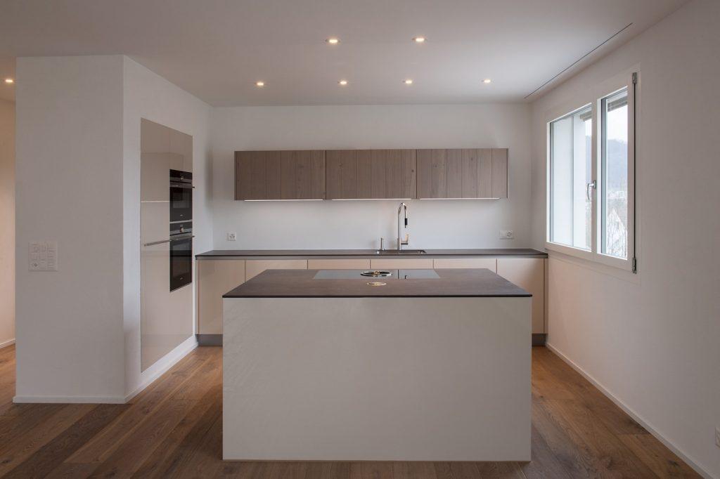 Küche mit Holzabdeckung