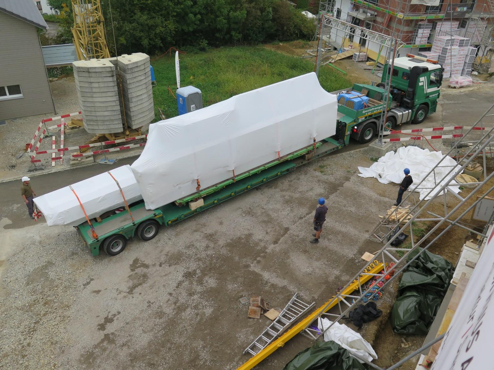 Der Lastwagen bringt die Holzelemente