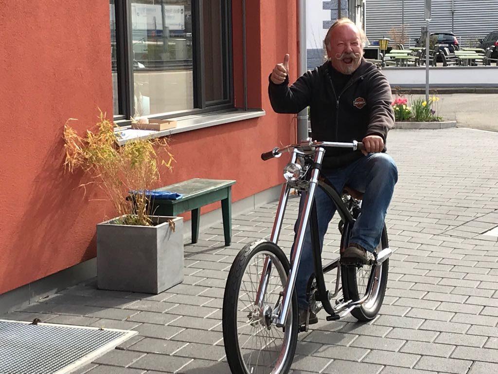 Schnauzi mit Harley-Bike