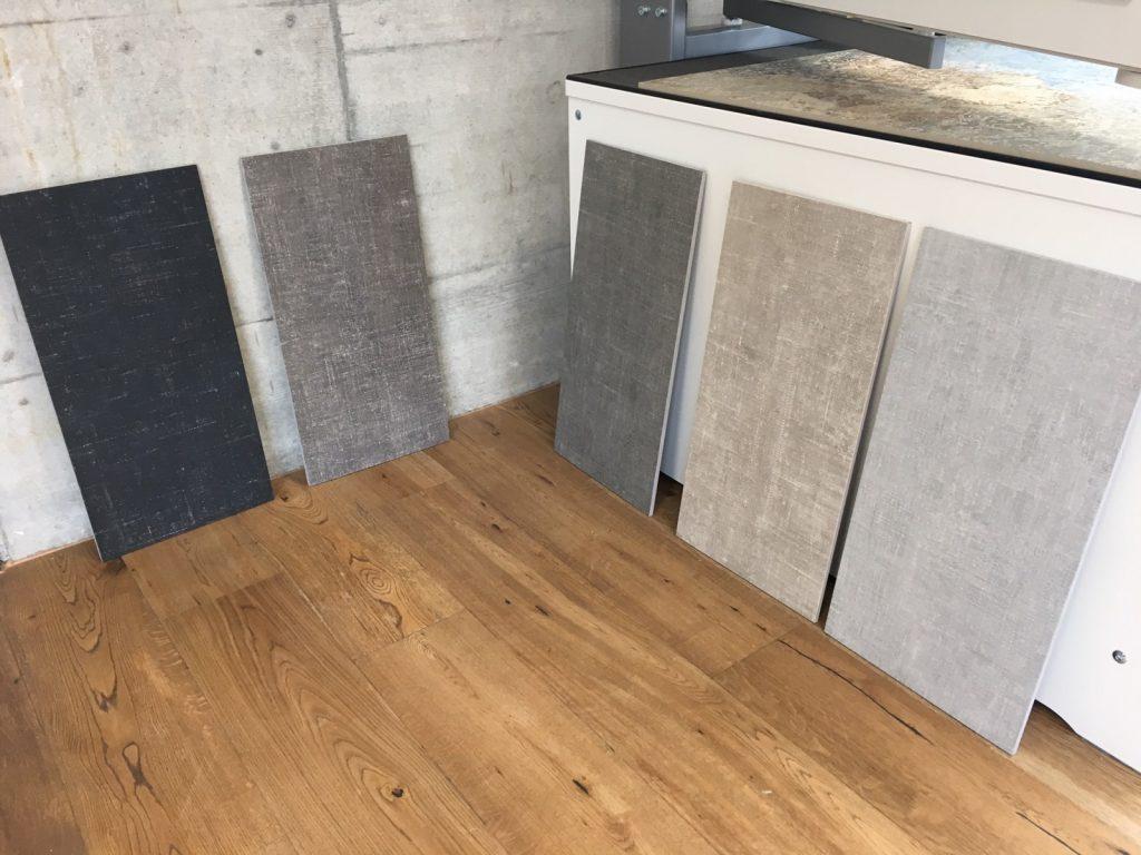 Steinplatten harmonieren mit Holz